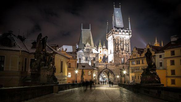 Обои Старая Прага / Stara Praha, поздний вечер, улица, дома, пешеходы, вдали арка и освещенные башни, после дождя