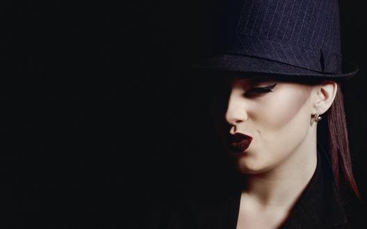 Обои Шатенка в шляпе позирует, прикрыв глаза и сложив губы, накрашенные яркой помадой, бантиком