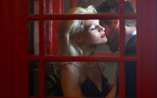Обои Влюбленная пара обнимантся в старой телефонной будке, Jerry Ghionis