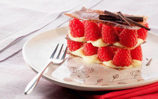 Обои Малиновый десерт (свежая малина, сгущенное молоко, хрустящая корочка, шоколадная стружка) на блюдце с вилкой