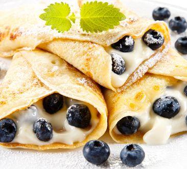 Обои Блины с начинкой из крем-йогурта и черники, украшенные листиками мяты, десерт