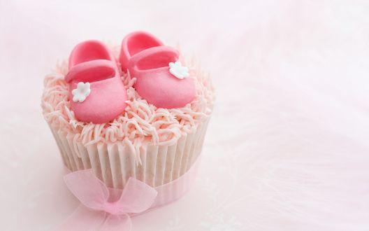 Обои Розовый капкейк с марципановыми детскими туфельками и розовым бантом