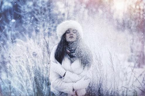 Обои Девушка в меховой куртке, шапке и перчатках стоит посреди зарослей, закрыв глаза, и подставив лицо снежинкам, by Karen Abramyan
