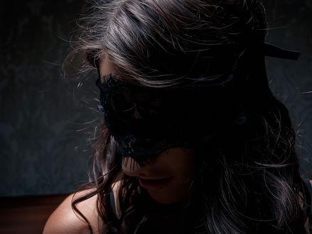Обои Длинноволосая брюнетка в кружевной маске