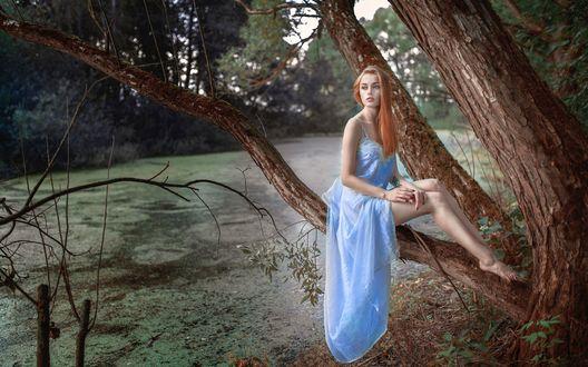 Ноги девушки в длинном платье