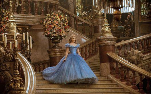 Обои Актриса Лили Джеймс / Lily James в роли Золушки / Cinderella из одноименного фильма сказки, в пышном голубом платье спускается по лестнице