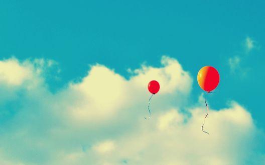 Обои Два красных воздушных шара в небе