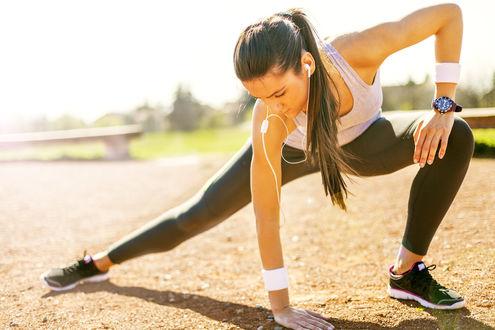 Обои Спортивная девушка делает разминку на свежем воздухе