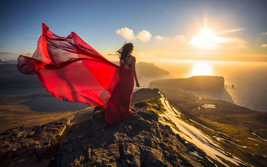 На закате в прозрачном платье зрелой женщиной бане