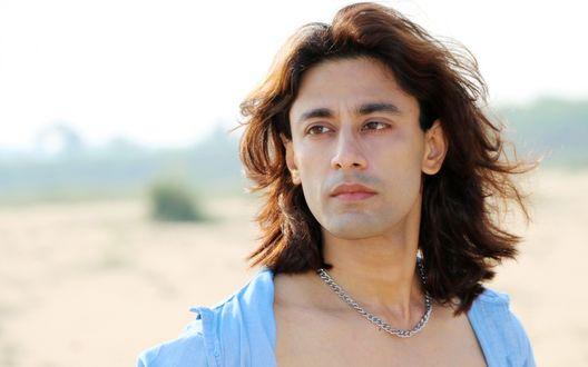 Обои Мужчина с цепью на шее с длинными волосами, актер Раджкумар Патра