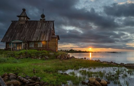Обои Старая церковь на берегу озера на закате дня