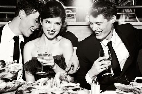 Обои Актриса Anna Kendrick в компании мужчин пьет шампанское