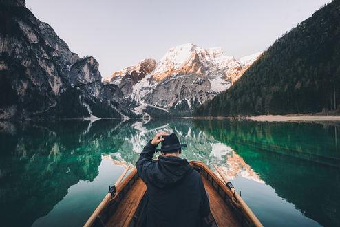Обои Парень в лодке на озере в окружении гор, фотограф Merlin Kafka