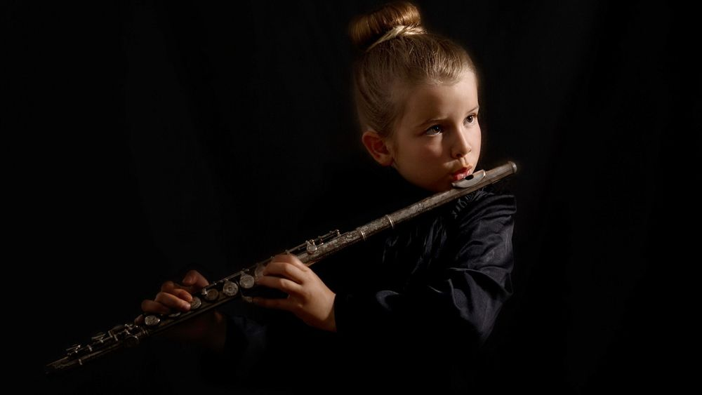 Играет на флейте — 5