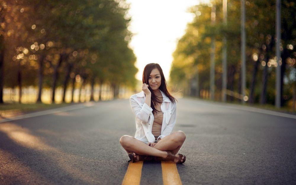 фото девушек на дороге