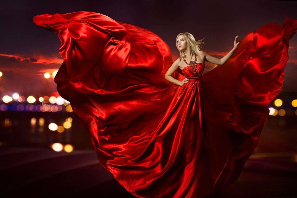 Блондинка в шелковом платье