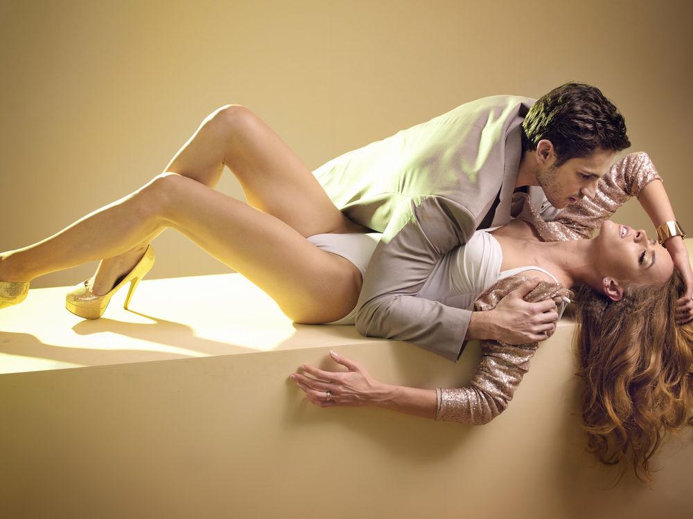 Мужчина целует туфельки девушке