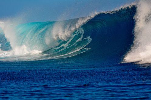 Обои Поднимающаяся огромная волна в океане