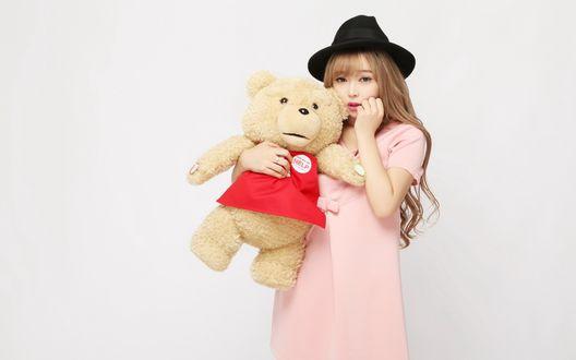 Обои Девушка в шляпе обнимает плюшевого медведя (Help)