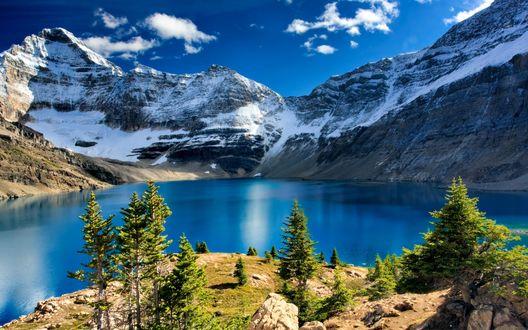 Обои С вершины холма открывается вид на синее озеро и заснеженные горы, Yoho National Park / Национальный парк Йохо, Канада / Canada