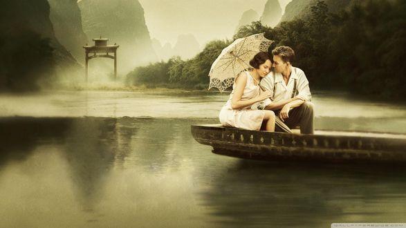 Обои Парочка под зонтиком катается на лодке