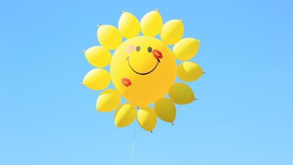 Обои Солнышко в небе из воздушных шариков