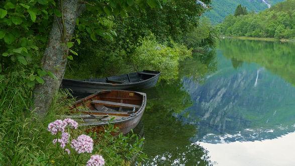 Обои Лодки у берега озера