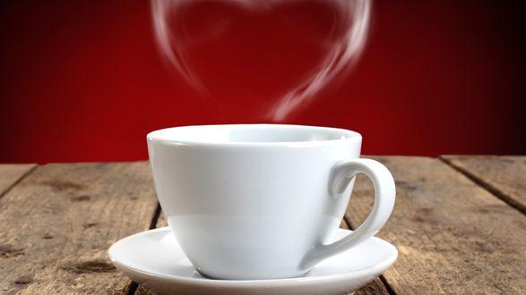 Обои Белая чашка на деревянном столе с паром в виде сердечка над ней