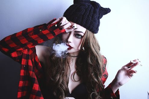 Обои Wylona Hayashi / Вилона Хаяши с сигаретой в руке выпускает дым