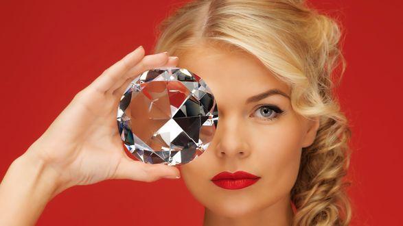 Обои Большой бриллиант в руке у девушки