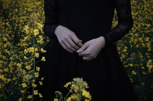 Обои Девушка в черном платье держит руки перед собой, by IrinaJoanne
