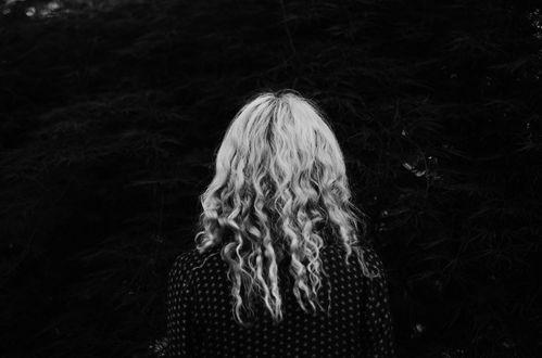 Обои Девушка с длинными волосами стоит к нам спиной, by IrinaJoanne