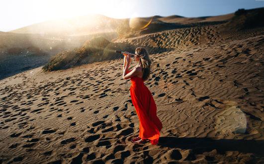 Обои Девушка стоит на песке с подзорной трубе в руках, фотограф Ronny Garcia