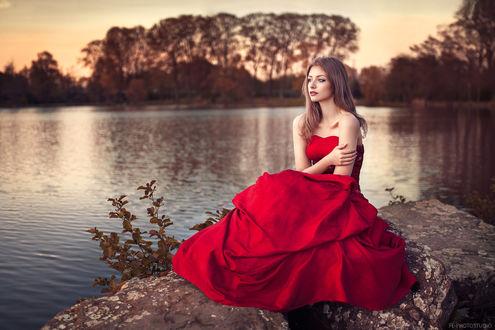 Обои Девушка в красном платье сидит у водоема, фотогаф Lods Franck