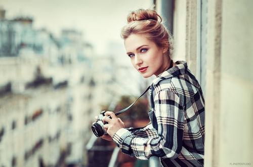 Обои Девушка с фотоаппаратом в руках, фотограф Lods Franck