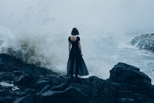 Обои Девушка стоит у бушующего моря, фотограф Mike Monaghan