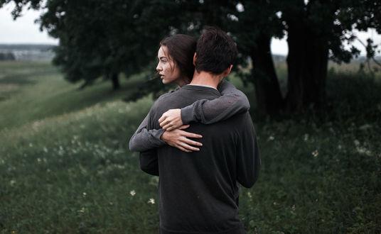 Обои Девушка и парень обнимают друг друга, фотограф Marat Safin