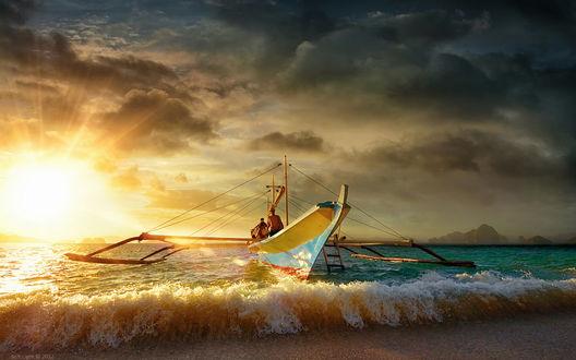 Обои Лодка причалила к берегу, в волнах прибоя, на закате солнца, by Soft Light