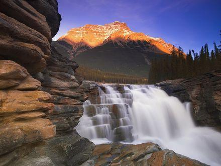 Обои Скалы, водопад, горные вершины на фоне синего неба, картинка из игры Пиратские сокровища