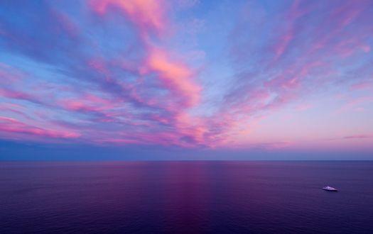 Обои Морская гладь, по которой плывет корабль, под сиреневым небосводом