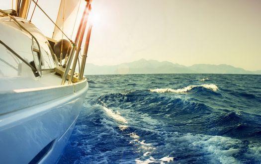 Обои Корабль рассекает морские волны