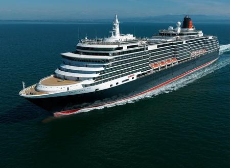Обои Круизный лайнер Королева Виктория / Queen Victoria плывет по спокойному морю