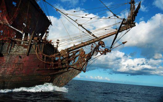 Обои Пиратский корабль, несущийся по волнам, к / ф Пираты Карибского моря