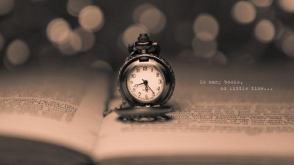 Обои Старинные часы стоят на раскрытой книге, на заднем фоне боке