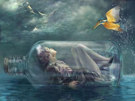 Обои Девушка лежит в стеклянной бутылке плывущей в море, в небе виднеется корабль