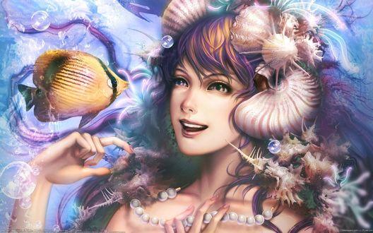 Обои Русалка с ракушками на волосах и жемчужными бусами на шее смотрит на рыбку