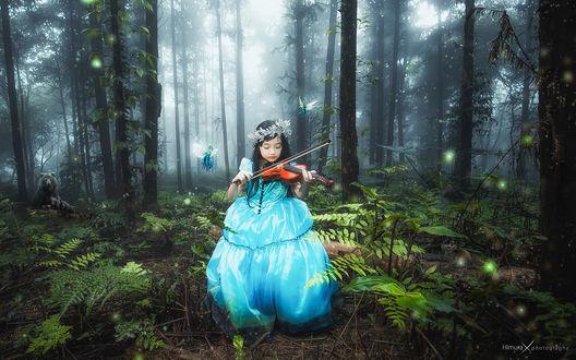 Обои Девочка в голубом платье среди леса играет на скрипке, вокруг летают эльфы, позади виден медведь by Nguen Dac Tuan