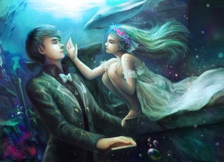 Обои Под водой девушка в белом платье и венке сидит на пианино, на котором играет парень, мимо проплывает кит