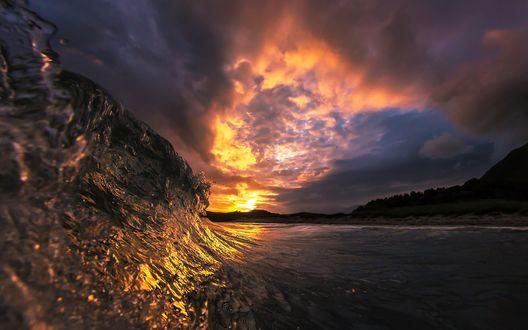 Обои Красивый солнечный закат окрасил золотом морскую волну by Audun Rikardsen (Аудун Рикардсен)