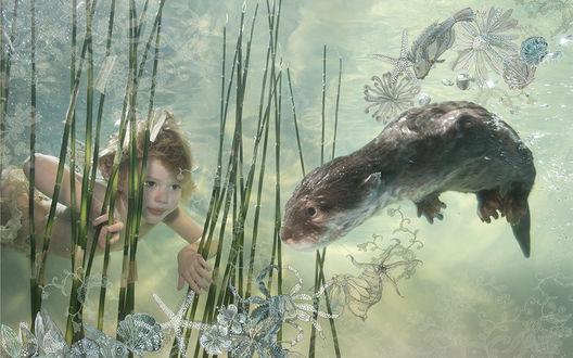 Обои Рыжеволосый ребенок плавает под водой с выдрой, среди водорослей, фотоарт с морским орнаментом
